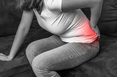 充满背部疼痛的妇女-黑白照片 免版税库存图片