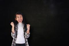 充满胜利喜悦的愉快的学生女孩呼喊  免版税图库摄影