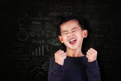 充满胜利喜悦的愉快的学生男孩呼喊  库存照片