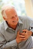 充满胸口痛的老人 免版税库存照片