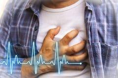 充满胸口痛-心脏病发作的人 免版税库存照片