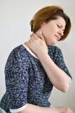 充满脖子痛的妇女 免版税库存照片