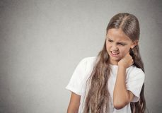 充满脖子痛的年轻少年女孩 库存图片