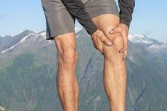 充满膝盖痛苦的赛跑者 库存照片