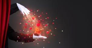充满闪耀的惊奇的魔术师手 免版税库存照片