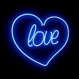 充满题字爱的霓虹心脏在黑背景 免版税库存图片