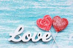 充满3D文本爱的糖果心脏在木板 库存照片