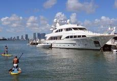兆游艇靠码头在迈阿密海滩小游艇船坞 免版税库存照片