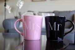 先生和Wedding Mugs夫人 免版税库存照片