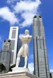 先生在新加坡河抽彩售货雕象 库存照片