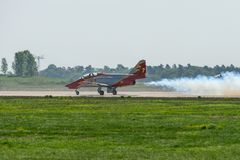先进的喷气机教练员住处由特技队Patrulla Aguila老鹰巡逻的C-101 Aviojet在跑道 免版税库存照片