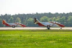 先进的喷气机教练员住处由特技队Patrulla Aguila老鹰巡逻的C-101 Aviojet在跑道 免版税库存图片