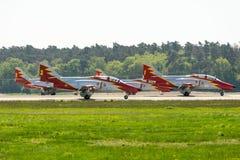 先进的喷气机教练员住处由特技队Patrulla Aguila老鹰巡逻的C-101 Aviojet在跑道 库存照片