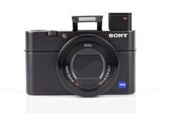 先进的袖珍相机在白色DSC-RX100 M5隔绝的索尼 免版税库存图片