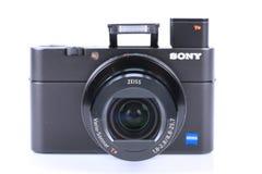先进的袖珍相机在白色DSC-RX100 M5隔绝的索尼 图库摄影