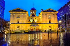 先驱法院大楼在多雨的冬季夜 免版税库存照片