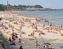 先驱,俄罗斯 城市的人们在晴天靠岸 免版税库存图片