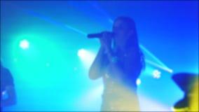 光两歌手聚光灯音乐会减速火箭的音乐会流行音乐乐队被弄脏的背景 慢动作录影 两生活方式 股票视频