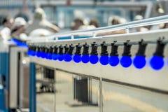 光串的抽象图片在游览船的在汉堡,意欲的低dept港有虚幻的蓝色电灯泡的 库存照片