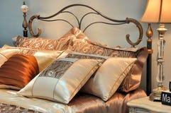光亮卧具的颜色温暖 库存图片