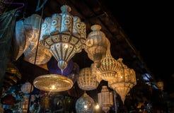 光亮的摩洛哥金属灯在商店在马拉喀什麦地那  免版税库存照片