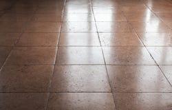 光亮的棕色石地板盖瓦,背景 库存照片