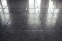光亮的灰色石地板盖瓦,背景 免版税库存图片