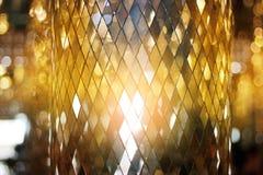 光亮的金黄五彩玻璃纹理背景 免版税图库摄影
