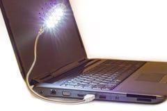 光亮LED USB灯被连接到笔记本 免版税库存图片