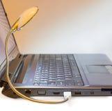 光亮LED USB灯连接了到笔记本USB端口 免版税库存图片