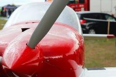 光双座汽车的片段炫耀在雨珠的飞机 陈列、竞争和airshow 爱好和业余时间 节日 免版税库存照片