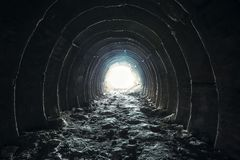 光和出口在最后黑暗的长的隧道或走廊,方式的对自由概念 工业圆的白垩矿段落 免版税库存图片