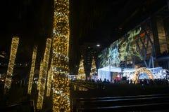光和圣诞树装饰美好的圣诞节和新年 免版税库存照片