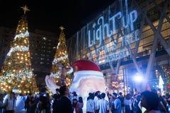 光和圣诞树装饰美好的圣诞节和新年 免版税库存图片