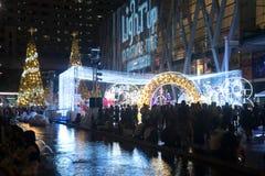 光和圣诞树装饰美好的圣诞节和新年 图库摄影