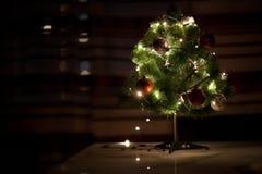 光和圣诞节戏弄有被弄脏的抽象黑暗的背景 库存图片