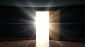 光和微粒在一间屋子里通过开门 免版税库存照片