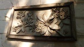 光和树荫在庭院墙壁上 免版税库存照片