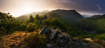 光和树荫:一座大山高比太阳此时在光中的两部分切开乡下 库存照片
