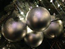 光和球装饰品在一棵圣诞树与雨下落在雨以后 免版税库存图片