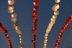 光和装饰在晚上天空的游乐园 免版税库存照片
