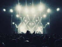 光和观众在音乐会 免版税库存照片