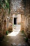 光和阴影在一个石走廊的入口在古老cas 库存图片