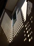 光和阴影在墙壁上 库存图片