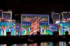光国际节日圈子  激光在兵部的门面的频谱扫描指示展示在莫斯科,俄罗斯 图库摄影