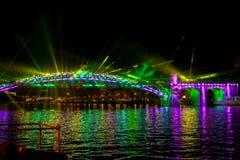 光国际节日圈子  激光在桥梁的频谱扫描指示展示在莫斯科,俄罗斯 免版税库存照片