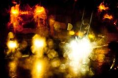 光在城市街道上落后在晚上 库存照片