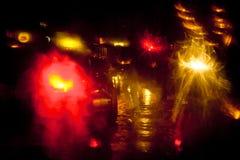 光在城市街道上落后在晚上 免版税库存图片