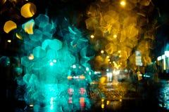 光在城市街道上落后在晚上 免版税图库摄影