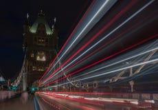 光在塔桥梁在晚上,伦敦,英国落后 免版税库存照片